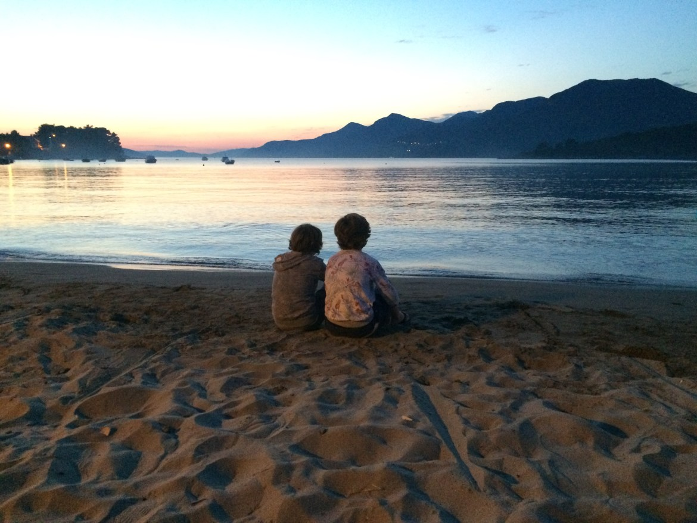 broers op het strand kolocep