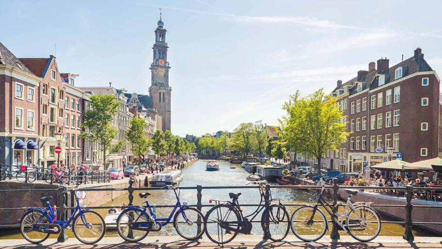 amsterdam-canal-the-friendly-host