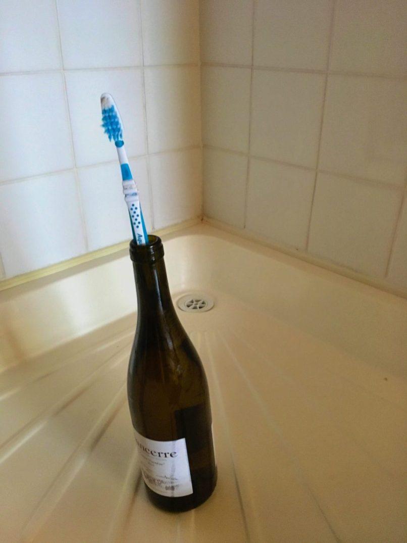 Duw met lichte dwang de kurk in de fles , let op ! de Sancerre kan nu sneller dan je van plan was tot je komen .