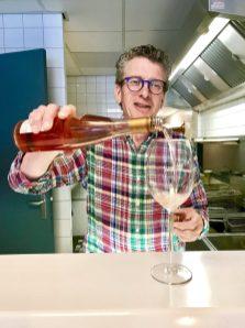 Bij een asperge kroket drink je een glas Rose .