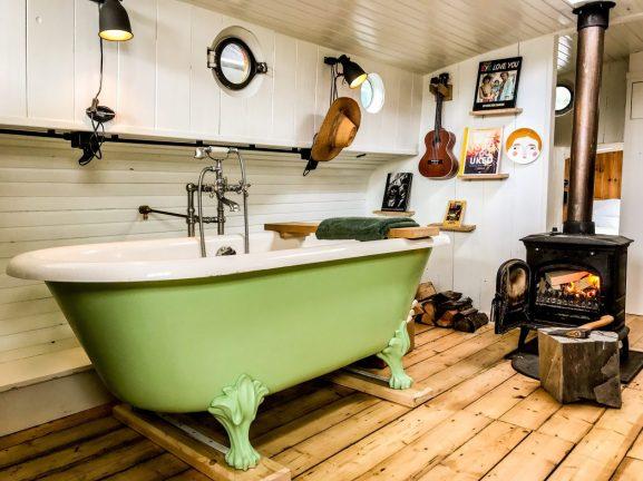 Binnenligbad on het dakraam