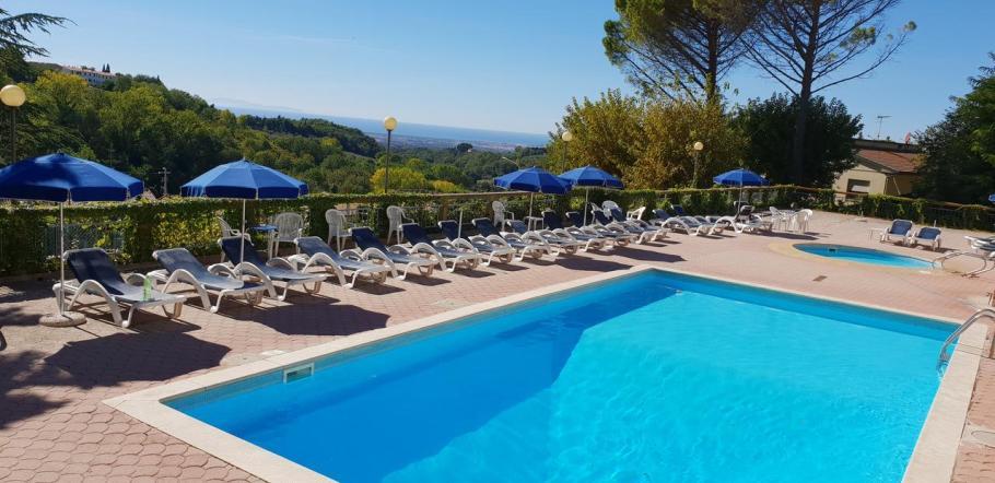 villa elena.zwembad en zee