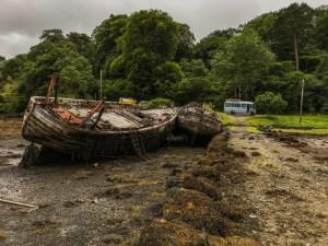 Iets buiten Craignure richting Tobymory liggen de twee boten als Walvissen op het droge te wachten op de vloed