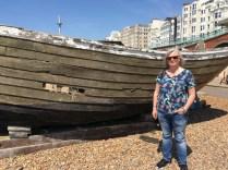 Anna vid strandens båtmuseum.