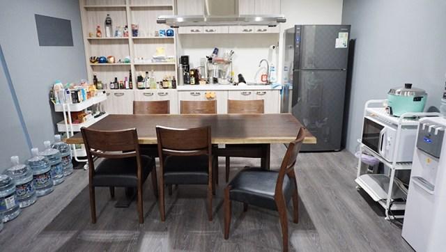 宜得利家居:YAMATO 餐桌 + MILANO 餐椅