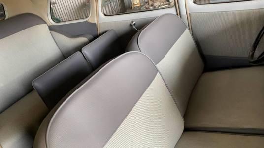 Confortável e espaçoso interior do Citroen 11B Arrastadeira
