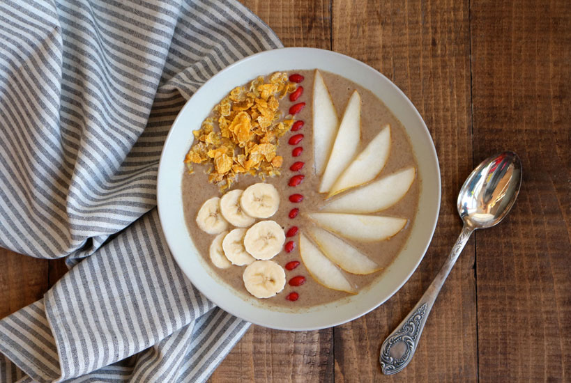 Pear, banana, date smoothie bowl with freshly picked goji berries | Tofobo Family