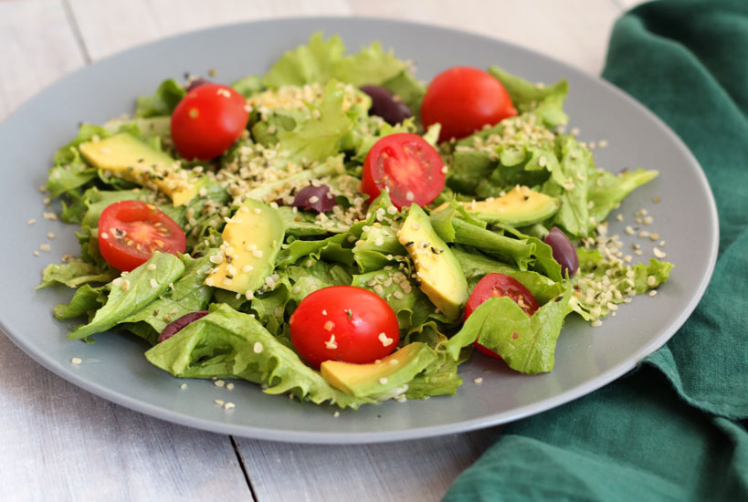 Spring lettuce salad with avocado and cherry tomatoes | Tofobo Family