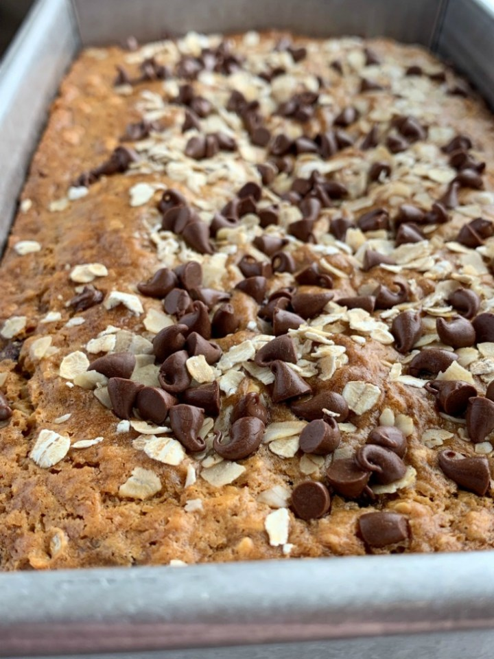 Oatmeal Chocolate Chip Bread | Chocolate Chip Bread | No Yeast Bread | Oatmeal chocolate chip bread is a quick, simple, no yeast sweet bread that tastes exactly like an oatmeal chocolate chip cookie! #snackrecipe #recipeoftheday #chocolaterecipes #easyrecipe #noyeastbread