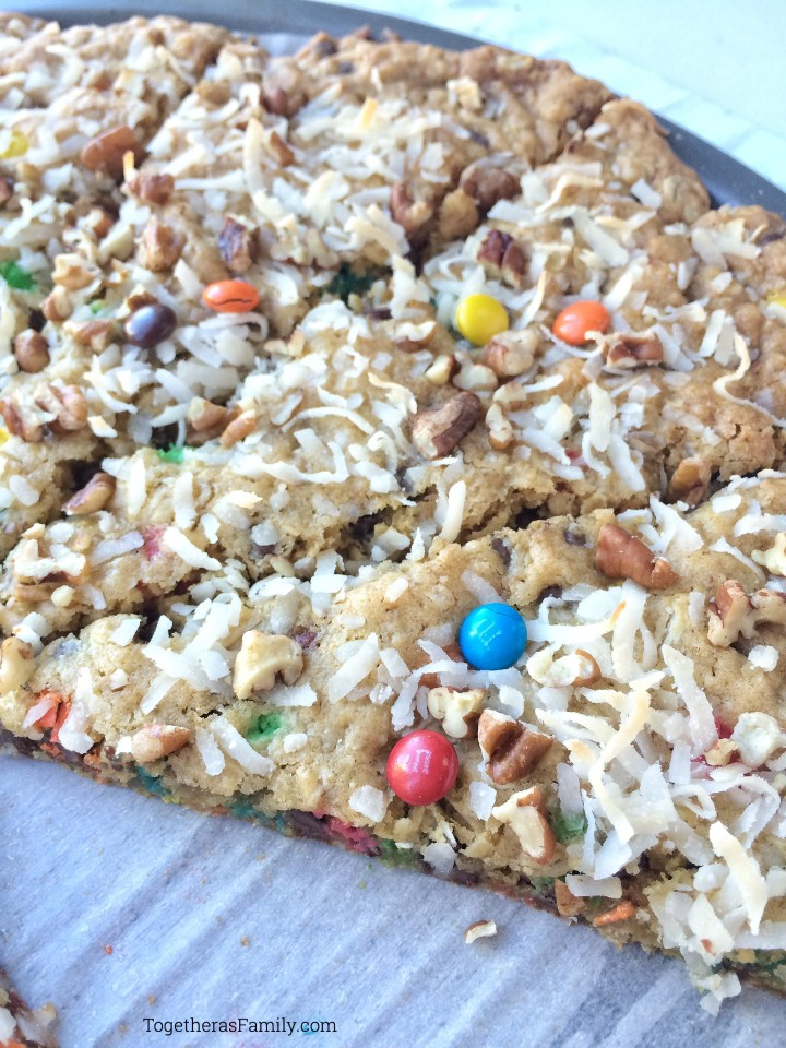 OATMEAL COOKIE PIZZA | www.togetherasfamily.com