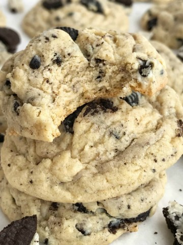 Oreo Cookies & Cream Pudding Cookies | Pudding Cookies | Oreo Cookies | Cookies | Oreo cookies & cream pudding cookies are thick, super soft thanks to the pudding mix in the dough, and totally addictive! Cookies n cream chocolate candy bars, Oreo pudding mix, and Oreo cookies are all in these cookies. #cookies #desserts #easyrecipe #oreos