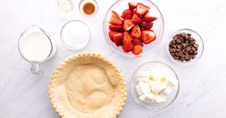 Ingredients needed to make chocolate strawberry cream pie.