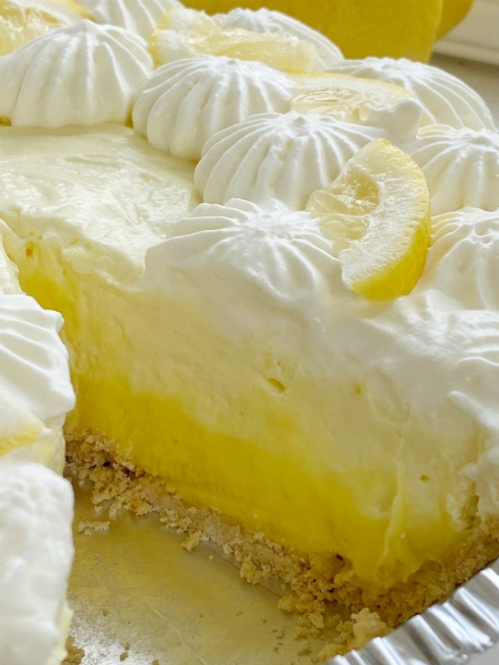 No Bake Pie | Lemon Pie | No Bake Lemon Pudding Pie has three layers of lemon pudding, fresh lemon juice, and homemade whipped cream! 5 minutes to make and only 5 ingredients. #nobakerecipes #nobakedesserts #lemonpie #lemonrecipes