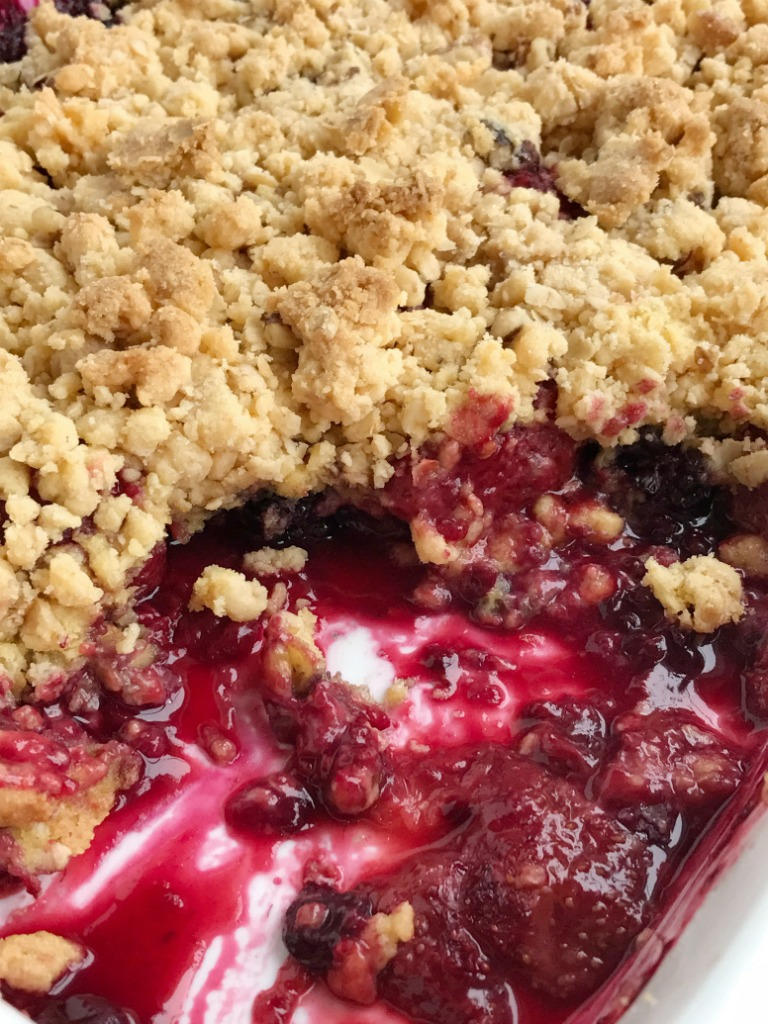 Berry Crisp Dump Cake Is Only 5 Ings And One Pan Juicy Mixed Berries Covered