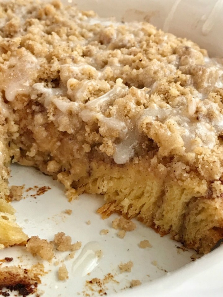 No Yeast Giant Cinnamon Roll   5 Ingredients   Cinnamon Rolls   No yeast giant cinnamon roll is only 5 ingredients! This giant cinnamon roll has a crumbly sweet streusel toppings, takes just minute to prepare, and it requires no yeast! So easy, thanks to the refrigerated cinnamon rolls, that anyone can make it. #cinnamonrolls #easy #breakfastrecipes