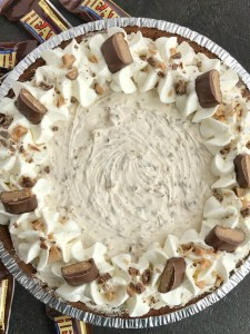 {no bake} Heath Toffee Cheesecake Pie | No Bake Dessert | Cheesecake | Pie | Toffee cheesecake pie is a cool and creamy no bake pie that is perfect for summer days! Toffee cheesecake pie has pudding, Cool Whip, and Heath candy bar pieces all inside an easy store-bough chocolate graham cracker crust. #dessert #nobake #dessertrecipes #pie #toffee