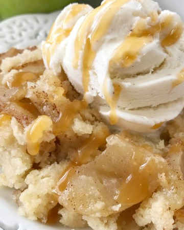 Simple Apple Crisp Recipe | Apple Crisp | Apple Dessert | Simple apple crisp is a quick & easy apple crisp recipe. Soft apples with a sugar shortbread topping. Simple ingredients and easy enough for anyone to make. Serve with a scoop of ice cream for the best dessert. #applerecipe #apples #appledessert #applecrisp #easydessertrecipe #easyrecipe