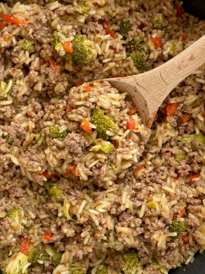 One Pot Teriyaki Beef and Rice is a simple, 30 minute dinner recipe. Ground beef, onion, broccoli, red pepper, and Jasmine rice simmer in garlic seasoned beef broth & teriyaki sauce.