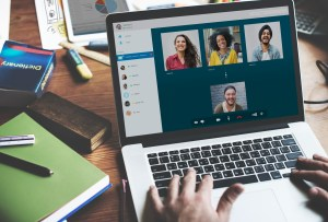 Video conferencing display on laptop | Affichage de vidéoconférence sur ordinateur portable