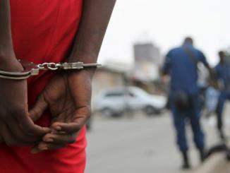 menottes Plus d'1milliard volé par un braqueur au Bénin, le gouvernement togolais interpellé!