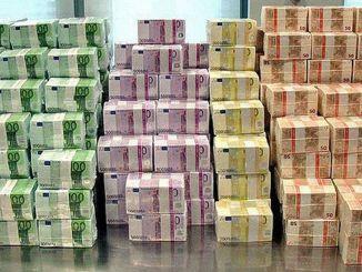 Record le premier homme a posseder plus de 1.000 milliards de dollars Record : le premier homme à posséder plus de 1.000 milliards de dollars !