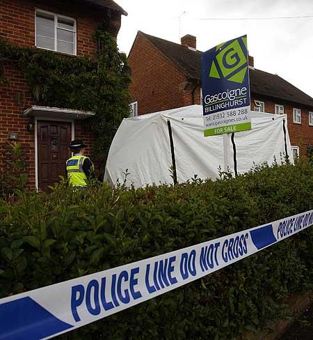 Paul Burgman 7 June 2009. Hamilton Avenue, Cobham, Surrey . Police at the scene where a severed foot was found in a wheeley bin  Paul Burgman  075 88 66 9580