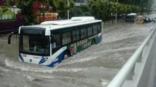 豪雨の中のバス