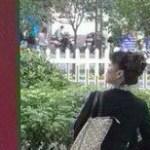 【マドロス?】男らしく傍らに足を掛けてたたずむ中国女性