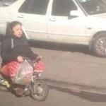 中国の路上をベビーバイクで疾駆する人