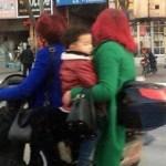 中国のバイクに載せられる子供は命がいくつあっても足りない