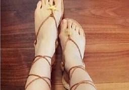 中国の女子ネットユーザーが見せてくれた通販で買った美脚に見えるけどちょっと残念なサンダル