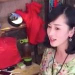中国美女がパーカッションで歌う中国の歌