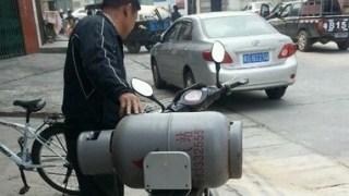 中国では危険物を何食わぬ顔で路上に持ち込みます。