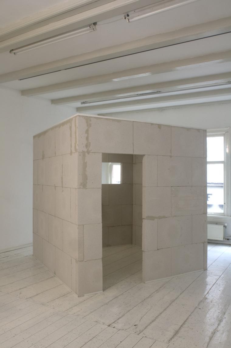 יוסף ששון צמח, מקום (כפל הבית), בלוקים של בטון, 2 מטר על 2 מטר על 2 מטר, עם כניסה וחלון, 1979-2019, צילום: איליה רבינוביץ.
