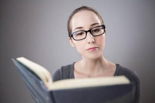 Opiskelija lukee kirjaa