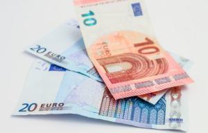 Euron seteleitä pöydällä
