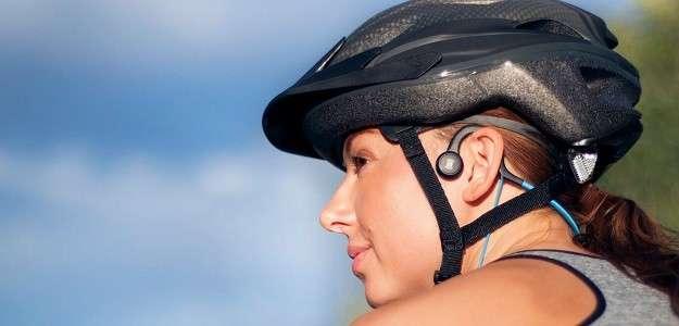 Велосипедистка в навушниках на основі кісткової провідності.