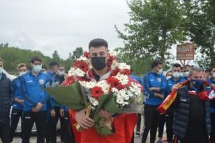 Avrupa Şampiyonu güreşçi davul zurnayla karşılandı