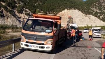 Yol çizgi kamyonuna otomobil çarptı: 1 ölü, 2 yaralı