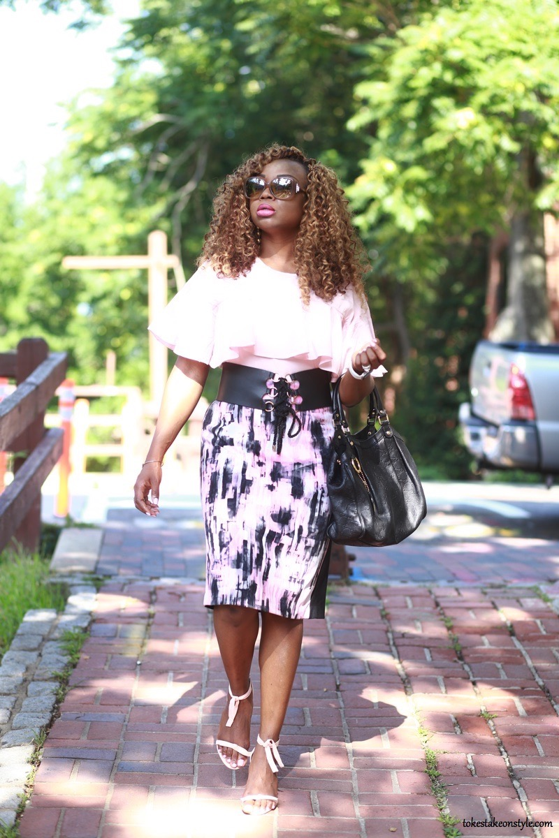 work outfit pink top print skirt black corset belt Gucci bag