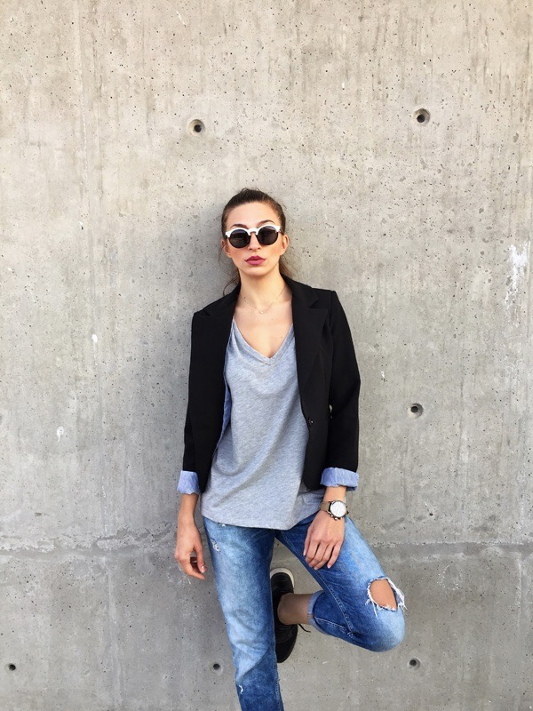 transition-your-summer-wardrobe-to-fall-woman-blazer-jeans