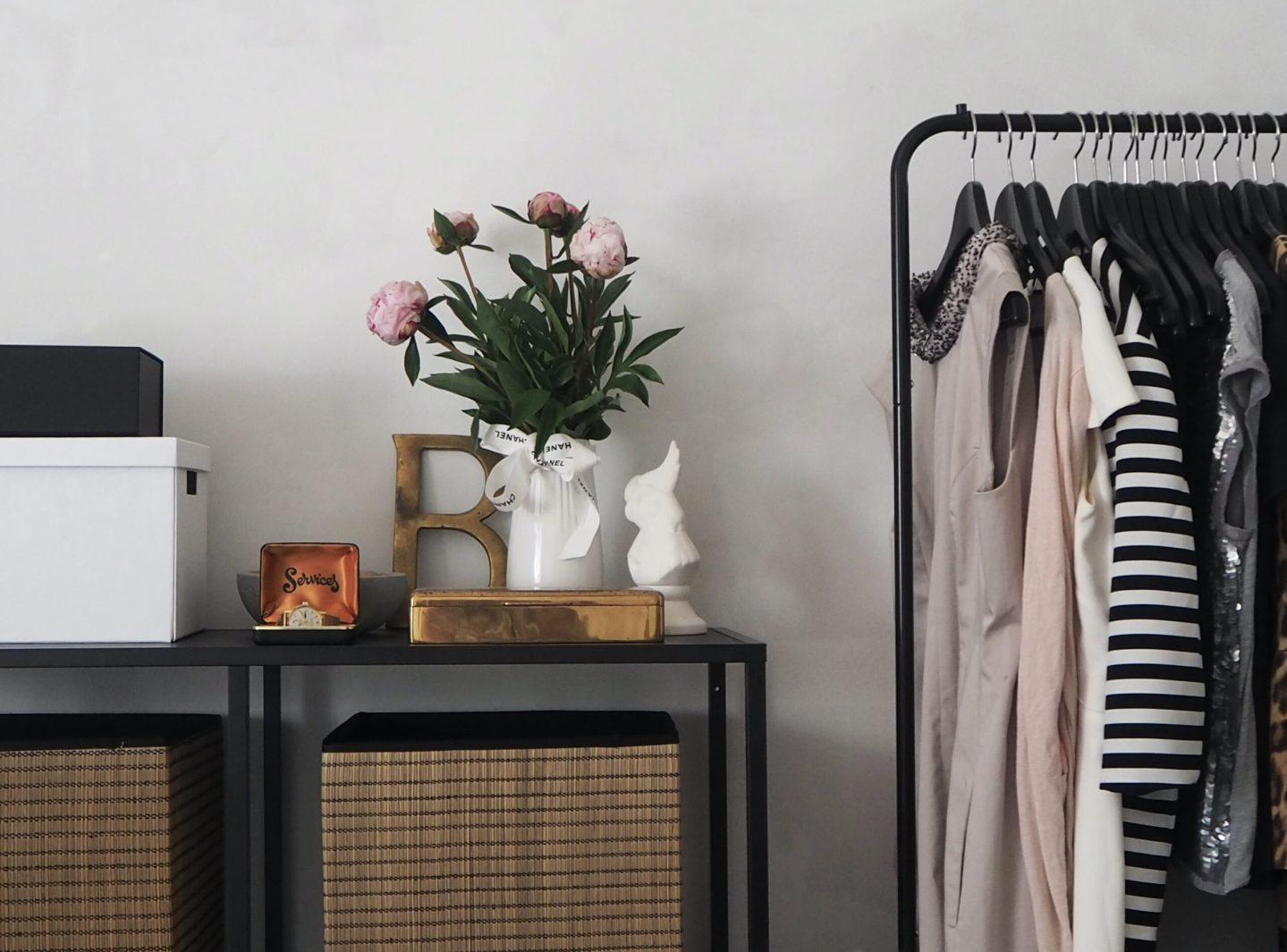 tokestakeonstyle-how-to-organize-your-closet-faux-florals