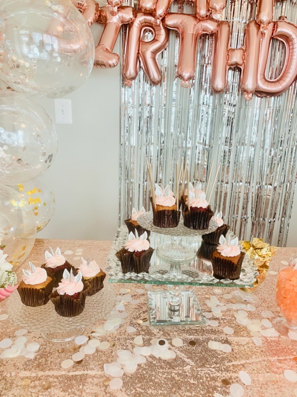 gold-silver-party-decoration-ideas-tissue-paper-table-dots-confetti