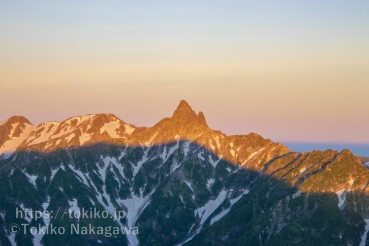 大天井岳山頂から見る槍ヶ岳のモルゲンロート