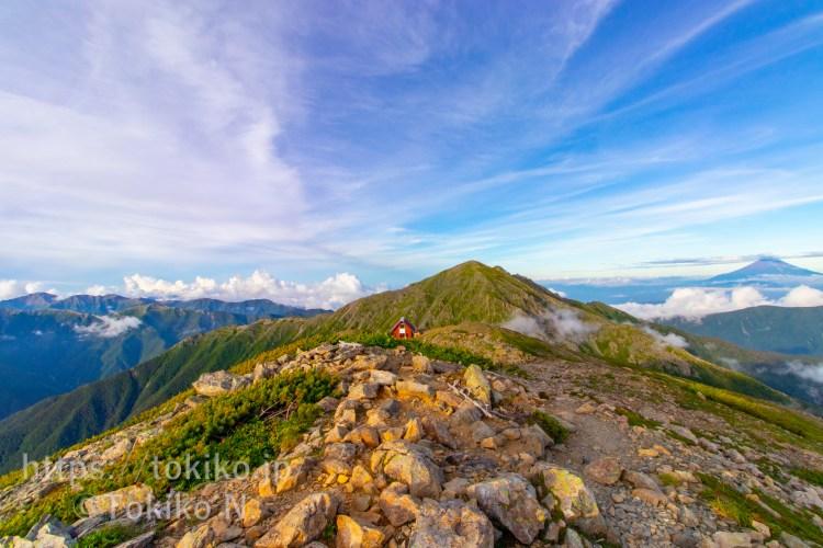 荒川中岳山頂から悪沢岳と富士山と中岳避難小屋