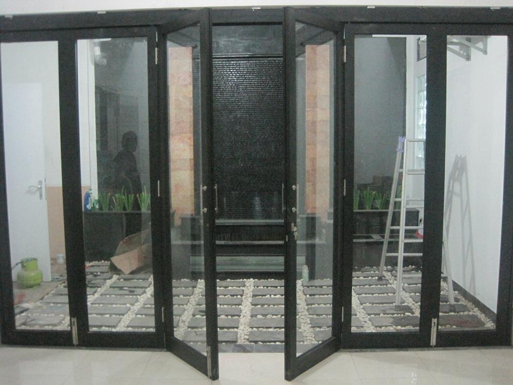 Pintu lipat aluminium kaca memberi kesan minimalis dan modern