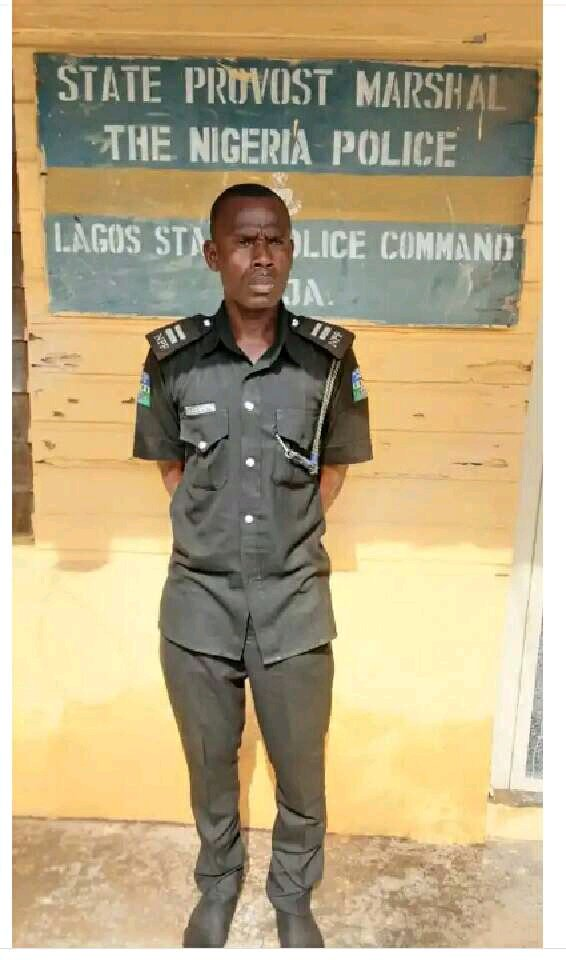 See the Face of Police Inspector Caught While Stealing The Sum Of N40,000 From A Taxi
