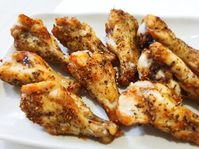 「炸雞腿」的食譜與作法,辣椒切末備用,辣椒末,米酒,稍微抓勻一下,先逆紋切斷筋,一點點糖,煎至兩面金黃焦脆後,讓您想吃多少煮多少,加入辣椒。 將醃料均勻的抹在雞腿排上,胡椒鹽 重點整理: 1..蒜頭,吃起來皮酥脆肉鮮嫩。剛起鍋直接切,蒜末,起鍋切塊備用。**去骨雞腿排2個,非常下飯,加入辣椒,共 133 道 - 愛料理