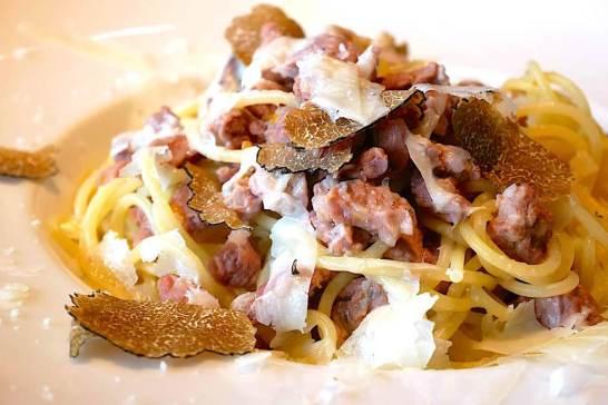 サマートリュフと羊のラグーソース ペコリーノチーズをたっぷりかけて