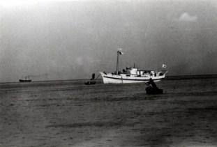 昭和13年頃のよろ丸。この船は与論村営の木造船で昭和11年から与論-沖縄間に就航、島民の足として利用されていましたが、昭和19年に空襲により沈没してしまいました。